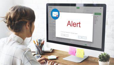 Kobieta otwiera maila z próbą phishingu
